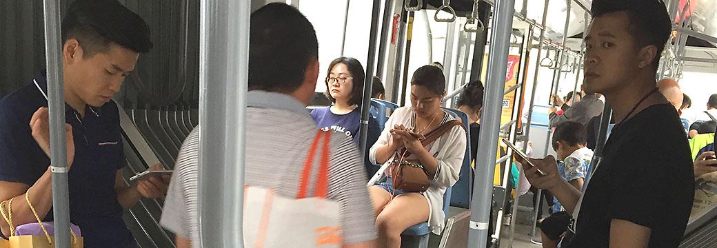 Iedereen gebruikt smartphone in de bus in Chengdu