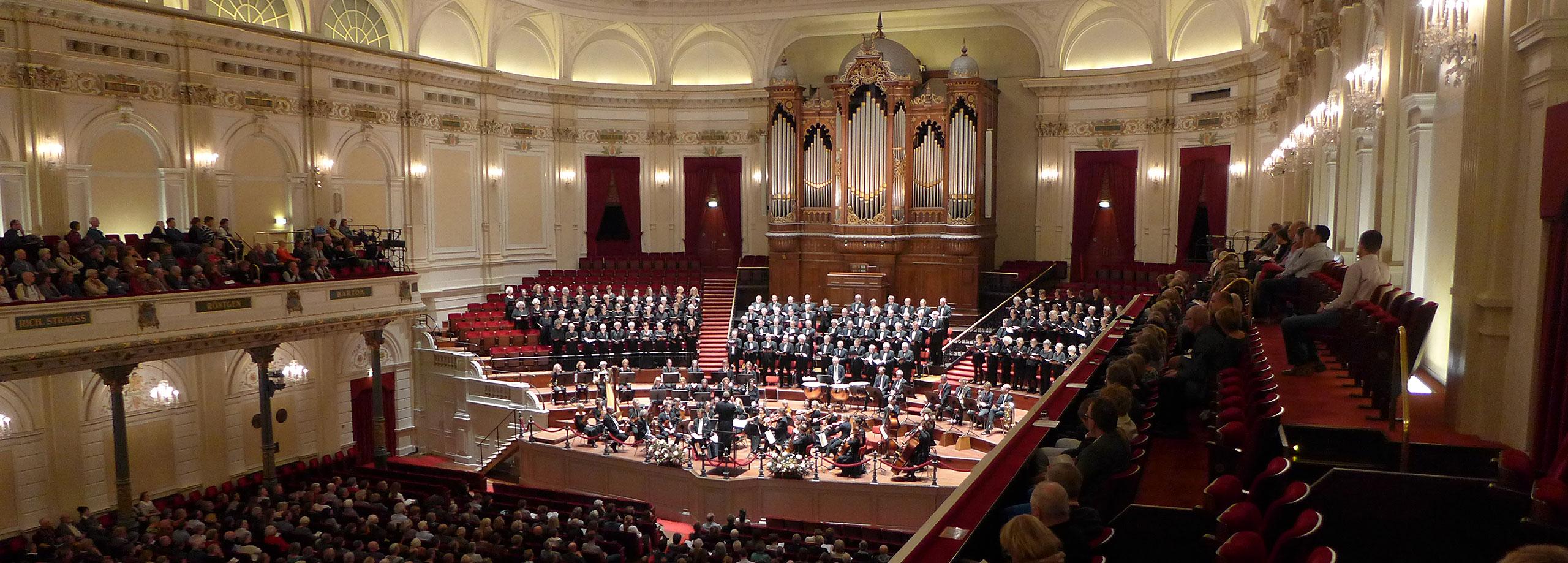 Het Amsterdam Gemengd Koor bij uitvoering van Ein deutsches Requiem in Het Concertgebouw op 1 november 2015