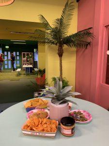 kleurijk interieur met snacks en palmboom